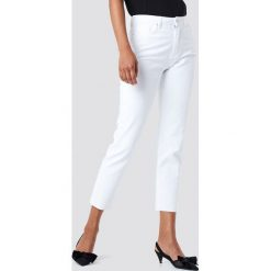 Trendyol Jeansy mom z wysokim stanem - White. Białe jeansy mom damskie marki Trendyol, z podwyższonym stanem. W wyprzedaży za 77,37 zł.
