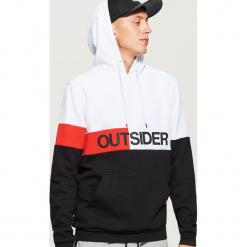 Bluza z napisem OUTSIDER - Biały. Białe bluzy męskie rozpinane Cropp, l, z napisami. Za 129,99 zł.