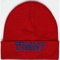 Tommy Jeans - Czapka. Czerwone czapki zimowe damskie marki Tommy Jeans, na zimę, z bawełny. Za 199,90 zł.