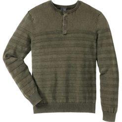Sweter Regular Fit bonprix ciemnooliwkowy. Zielone swetry klasyczne męskie marki bonprix, m, w paski. Za 59,99 zł.