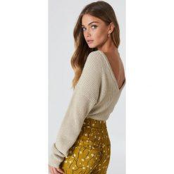 NA-KD Sweter z dzianiny z dekoltem V - Beige. Brązowe swetry klasyczne damskie NA-KD, z dzianiny. Za 121,95 zł.