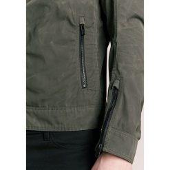 BOSS CASUAL OJEENO Kurtka wiosenna khaki. Brązowe kurtki męskie bomber BOSS Casual, m, z materiału, casualowe. W wyprzedaży za 503,60 zł.