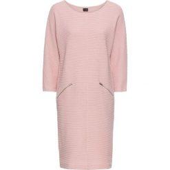 Sukienka bonprix jasnoróżowy. Różowe sukienki z falbanami marki numoco, l, z dekoltem w łódkę, oversize. Za 109,99 zł.