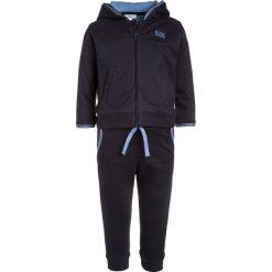 BOSS Kidswear SET Bluza rozpinana marine. Niebieskie bluzy chłopięce rozpinane marki BOSS Kidswear, z bawełny. W wyprzedaży za 295,20 zł.