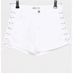 Bermudy damskie: Jeansowe szorty ze sznurowaniem – Biały