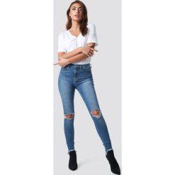 Pamela x NA-KD Jeansy z rozdarciami - Blue. Niebieskie jeansy damskie Pamela x NA-KD, z podwyższonym stanem. Za 202,95 zł.