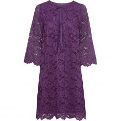Sukienka z koronką bonprix lila. Fioletowe sukienki koronkowe marki bonprix, w koronkowe wzory, rozkloszowane. Za 109,99 zł.