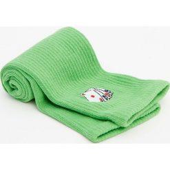 Wysokie skarpetki z haftowanymi kartami. Zielone skarpetki męskie Pull&Bear, z haftami. Za 29,90 zł.