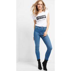 Jeansy skinny z wysokim stanem. Niebieskie jeansy damskie marki Orsay, w paski, z bawełny, z podwyższonym stanem. W wyprzedaży za 90,00 zł.