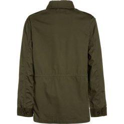 Polo Ralph Lauren COMBAT OUTERWEAR JACKET Kurtka przejściowa dark sage. Zielone kurtki chłopięce przejściowe marki Polo Ralph Lauren, z bawełny. W wyprzedaży za 353,40 zł.