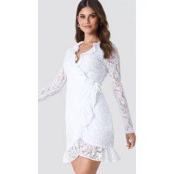NA-KD Boho Koronkowa sukienka z kopertowym przodem - White. Niebieskie długie sukienki marki NA-KD Boho, na imprezę, w koronkowe wzory, z koronki, boho, na ramiączkach. Za 202,95 zł.