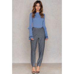 NA-KD Sweter z rękawem w paski i z falbanką - Blue. Niebieskie paski damskie NA-KD, w paski, z dzianiny. W wyprzedaży za 33,29 zł.