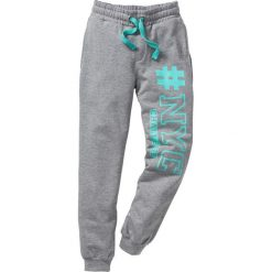 Spodnie dresowe z nadrukiem bonprix jasnoszary melanż. Zielone spodnie chłopięce marki bonprix, w kropki, z kopertowym dekoltem, kopertowe. Za 49,99 zł.