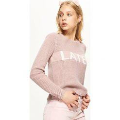 Sweter z napisem - Różowy. Czerwone swetry klasyczne damskie marki Cropp, l. Za 59,99 zł.