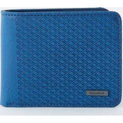 Niebieski portfel z panelem z wypukłym wzorem. Niebieskie portfele męskie Pull&Bear. Za 59,90 zł.