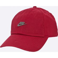 Nike Sportswear - Czapka. Czerwone czapki z daszkiem męskie Nike Sportswear, z bawełny. W wyprzedaży za 84,90 zł.