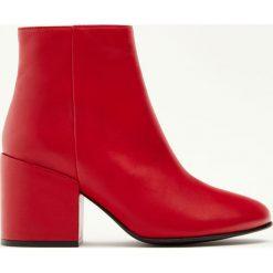 Czerwone skórzane botki na obcasie. Czerwone botki damskie na obcasie Pull&Bear. Za 99,90 zł.