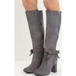 Jasnoszare Kozaki I Show You. Szare buty zimowe damskie marki Born2be, z okrągłym noskiem, na wysokim obcasie, na obcasie. Za 84,99 zł.