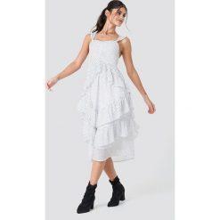 NA-KD Boho Szyfonowa sukienka z falbankami - White. Niebieskie sukienki boho marki NA-KD Boho, na imprezę, w koronkowe wzory, z koronki, na ramiączkach, mini. Za 121,95 zł.