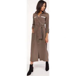 Khaki Długa Koszulowa Sukienka z Militarnym Akcentem. Brązowe długie sukienki marki Molly.pl, l, moro, klasyczne, z klasycznym kołnierzykiem, z długim rękawem, koszulowe. Za 178,90 zł.