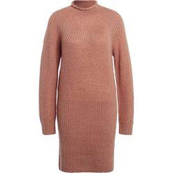 DESIGNERS REMIX VICKI Sukienka dzianinowa cinnamon. Białe sukienki dzianinowe marki DESIGNERS REMIX, polo. W wyprzedaży za 439,50 zł.