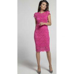 Różowa Koronkowa Ołówkowa Sukienka Midi z Dekoltem V na Plecach. Różowe sukienki balowe marki numoco, l, z dekoltem w łódkę, oversize. W wyprzedaży za 118,95 zł.