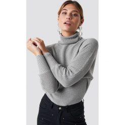 NA-KD Sweter z dzianiny z wywijanym golfem - Grey. Niebieskie golfy damskie marki NA-KD, z satyny. Za 121,95 zł.