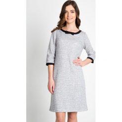 Szara sukienka w kropeczki QUIOSQUE. Szare sukienki dzianinowe marki QUIOSQUE, w kropki, z kokardą, z długim rękawem. W wyprzedaży za 79,99 zł.