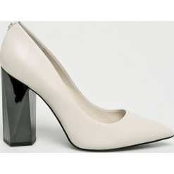 Guess Jeans - Czółenka. Czarne buty ślubne damskie marki Kazar, ze skóry, na niskim obcasie, na obcasie. W wyprzedaży za 539,90 zł.