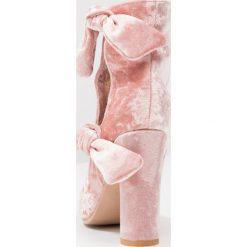 Buty damskie: Lavish Alice CUT OUT DOUBLE TIE Botki na obcasie rosa