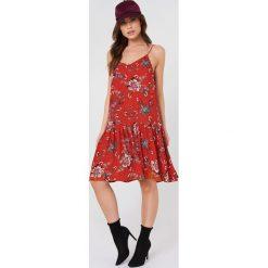 Rut&Circle Sukienka z obniżoną talię Fatima - Red. Zielone sukienki z falbanami marki Rut&Circle, z dzianiny, z okrągłym kołnierzem. Za 161,95 zł.