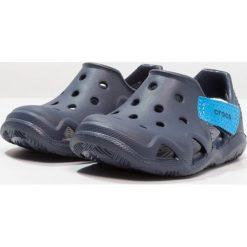Crocs SWIFTWATER WAVE Sandały kąpielowe navy. Niebieskie sandały chłopięce marki Crocs, z gumy. Za 129,00 zł.