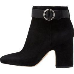 MICHAEL Michael Kors ALANA BOOTIE Ankle boot black. Czarne botki damskie skórzane marki MICHAEL Michael Kors, przed kolano, na wysokim obcasie. Za 1049,00 zł.