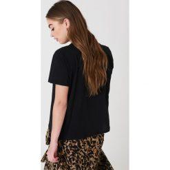 NA-KD T-shirt z haftem w kwiaty - Black. Czarne t-shirty damskie NA-KD, z haftami, z bawełny, z okrągłym kołnierzem. Za 60,95 zł.