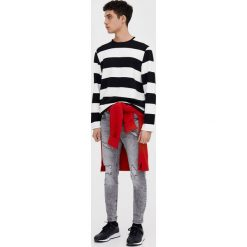 Jasnoszare jeansy skinny fit z przetarciami. Szare jeansy męskie relaxed fit marki Pull & Bear, okrągłe. Za 69,90 zł.