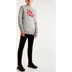 Jeansy slim comfort fit. Czarne jeansy męskie relaxed fit marki Pull&Bear. Za 89,90 zł.