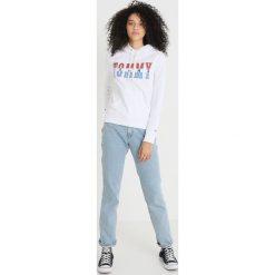 Tommy Jeans LOGO HOODIE Bluza z kapturem bright white. Białe bluzy z kapturem damskie Tommy Jeans, xs, z bawełny. Za 399,00 zł.
