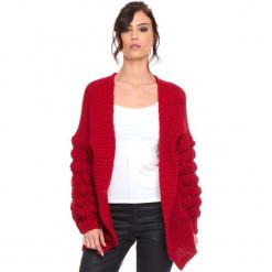 """Kardigan """"Shai"""" w kolorze czerwonym. Czerwone kardigany damskie marki Cosy Winter, s, ze splotem. W wyprzedaży za 181,95 zł."""