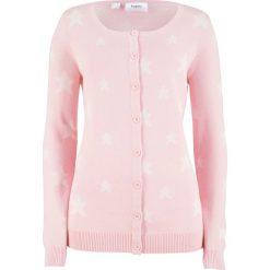 Sweter rozpinany w gwiazdy bonprix pastelowy jasnoróżowy - biel wełny. Czerwone kardigany damskie marki bonprix, z wełny. Za 37,99 zł.