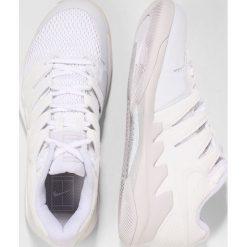 Nike Performance AIR ZOOM VAPOR X HC Obuwie do tenisa Outdoor white/vast grey. Białe buty sportowe damskie marki Nike Performance, z materiału, na golfa. W wyprzedaży za 471,20 zł.