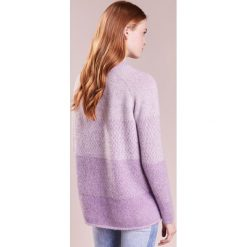 Holzweiler FARMOR Sweter fading lavender. Niebieskie swetry klasyczne damskie Holzweiler, xs, z elastanu. W wyprzedaży za 495,60 zł.