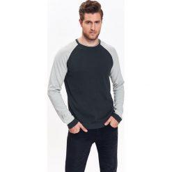 SWETER MĘSKI Z OKRĄGŁYM DEKOLTEM I KONTRASTOWYMI RĘKAWAMI. Czarne swetry klasyczne męskie Top Secret, na jesień, m, z golfem. Za 49,99 zł.