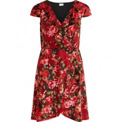 Sukienka w kolorze czerwonym. Czerwone sukienki asymetryczne marki Vila & Co., z asymetrycznym kołnierzem, midi. W wyprzedaży za 108,95 zł.