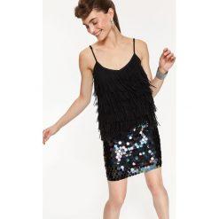 BLUZKA Z FRĘDZLAMI NA RAMIĄCZKACH. Szare bluzki wizytowe marki Top Secret, eleganckie, na ramiączkach. Za 79,99 zł.