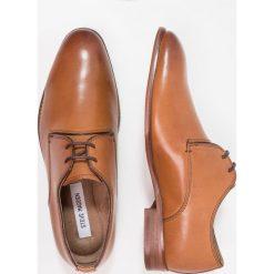 Steve Madden HACKER Eleganckie buty tan. Brązowe buty wizytowe męskie marki Steve Madden, z materiału, na sznurówki. Za 419,00 zł.