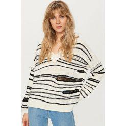 Sweter w paski - Wielobarwn. Białe swetry klasyczne damskie marki Reserved, l. Za 119,99 zł.