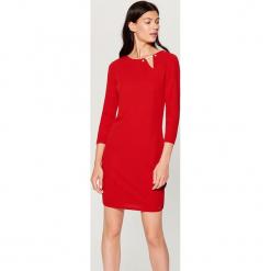 Sukienka z biżuteryjnym detalem - Czerwony. Czerwone sukienki z falbanami marki Mohito, l. Za 89,99 zł.