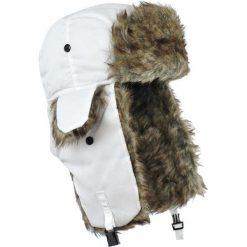 Czapka damska Uszanka Syberia biało-brązowa. Białe czapki zimowe damskie Art of Polo. Za 32,73 zł.