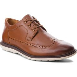 Półbuty CLARKS - Glaston Wing 261339057 Tan Leather. Brązowe derby męskie Clarks, ze skóry. W wyprzedaży za 249,00 zł.