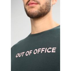 T-shirty męskie z nadrukiem: Wood Wood OUT OF OFFICE Tshirt z nadrukiem dark green